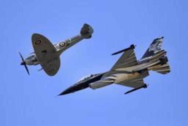 75 jaar D-Day - F-16's en een Spitfire vliegen over Brussel