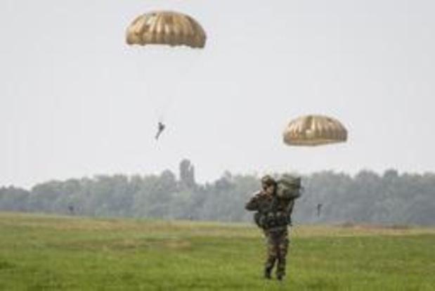 Belgische parachutisten nemen op 9 juni deel aan massasprong in Sainte-Mère-Église