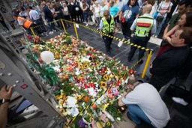 Vierhonderd mensen brengen hulde aan jongen die op sporen werd geduwd in Frankfurt