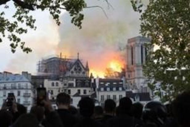 """Incendie à Notre-Dame de Paris: toute la charpente """"est en train de brûler"""", la flèche s'est effondrée"""