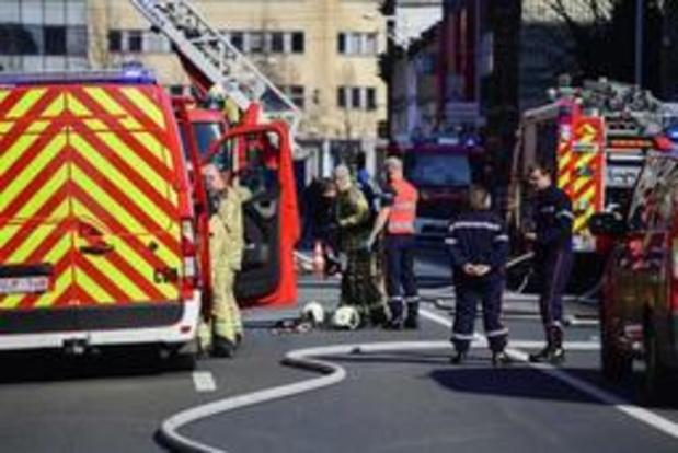 Deux pompiers décèdent dans un important incendie à Beringen