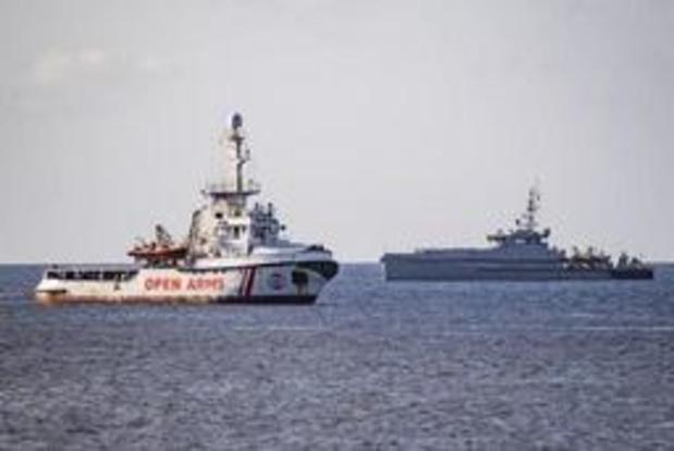 Meer migranten springen van reddingsschip voor kust Lampedusa