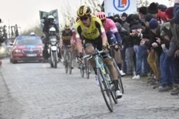 """Parijs-Roubaix - Wout van Aert pas 22e na overdreven dosis pech: """"Het zit me hier niet mee"""""""