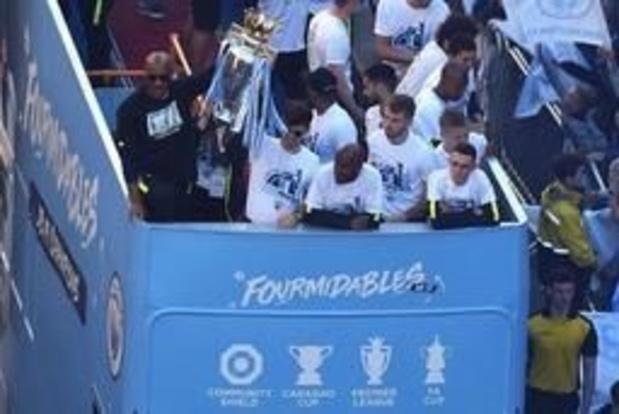 Premier League - Fans zingen Kompany toe bij titelviering Manchester City