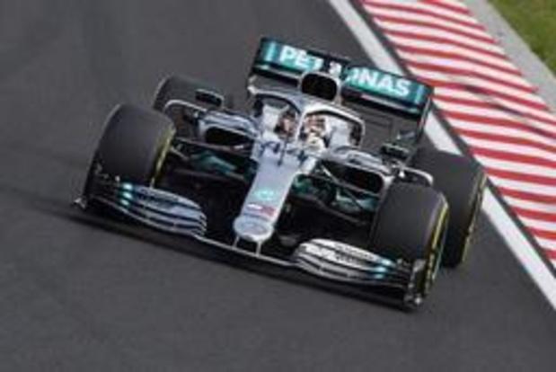 Lewis Hamilton verslaat Max Verstappen