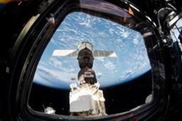 Twee opvarenden Internationaal Ruimtestation wandelen in de ruimte