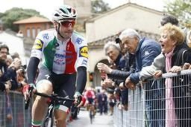 Italiaan Viviani wint derde rit na massasprint, Roglic blijft leider