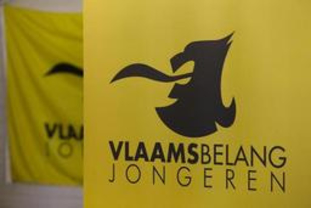 Vlaams Belang Jongeren delen vlaggen uit op Pukkelpop