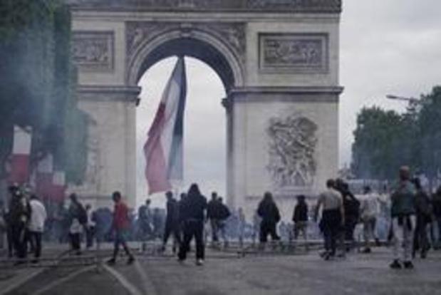 """Tensions sur les Champs-Elysées occupées par des """"gilets jaunes"""""""
