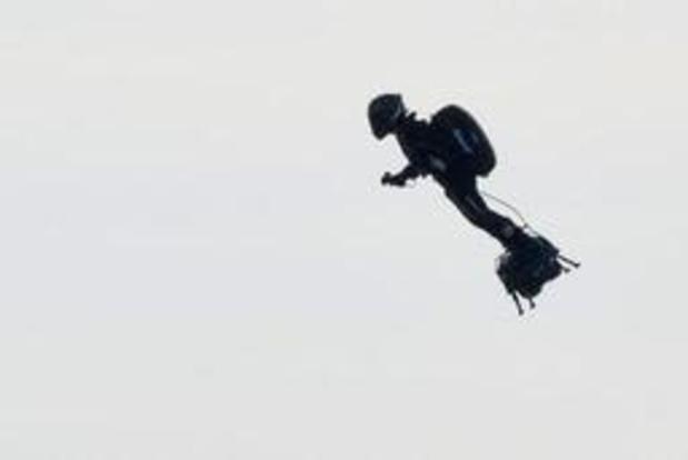 """Franky Zapata atterrit en Angleterre sur son """"flyboard"""" après avoir traversé la Manche"""