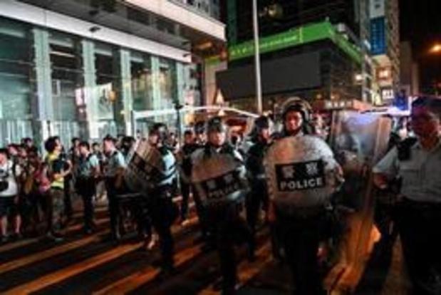Charge de la police anti-émeutes contre des manifestants à Hong Kong