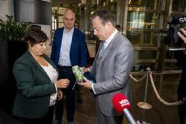 Almaci krijgt groene thee van De Wever