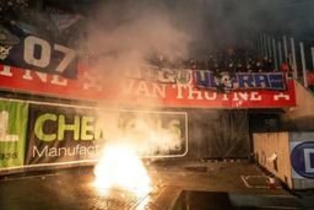 Jupiler Pro League - Genk ontsnapt aan match achter gesloten deuren na ongeval met vuurpijlen