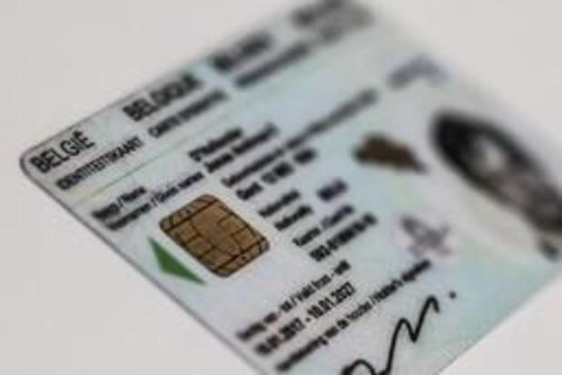 Minister De Crem reikt eerste eID met vingerafdrukken uit