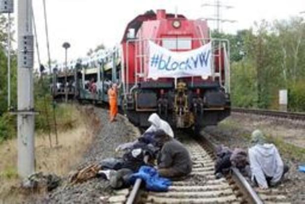 Des activistes bloquent un train avec des voitures VW à Wolfsburg