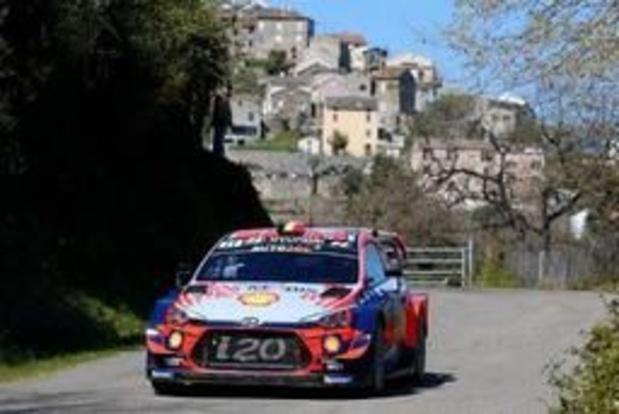 Thierry Neuville troisième à la mi-journée en Corse