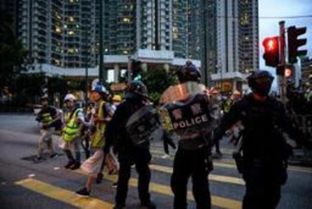 Betogers Hongkong laten metrostation onderlopen met brandslangen