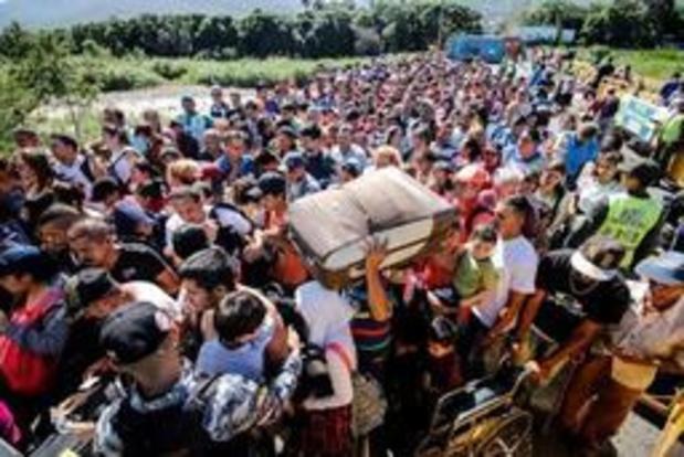 Duizenden Venezolanen halen voedsel en medicijnen in Colombia na heropening grens