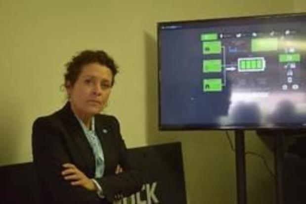 Vlaams minister Lydia Peeters activeert batterijsysteem op woonzorgcampus