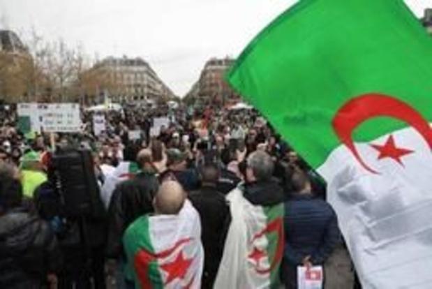 """Des milliers d'Algériens toujours dans la rue à Paris """"contre le système"""""""