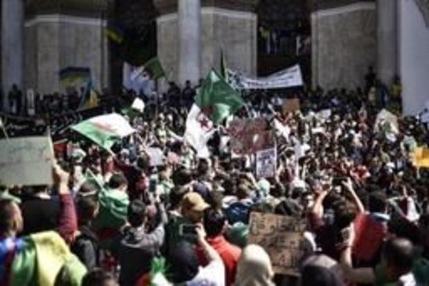 Une foule énorme à Alger pour demander le départ du régime