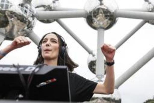 Ongeveer 3.000 wonen dj-set van Amelie Lens bij aan Atomium