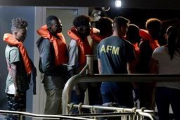 Asiel en migratie - Migranten van Duits reddingsschip aan wal in Malta