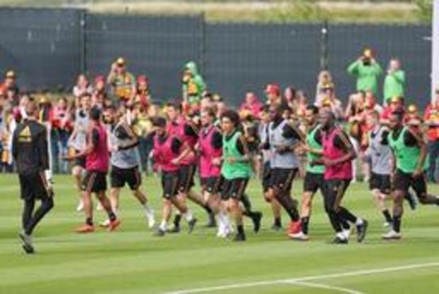 Martinez verwelkomt 25 Duivels op eerste training, fanclub zet Eden Hazard in de bloemen