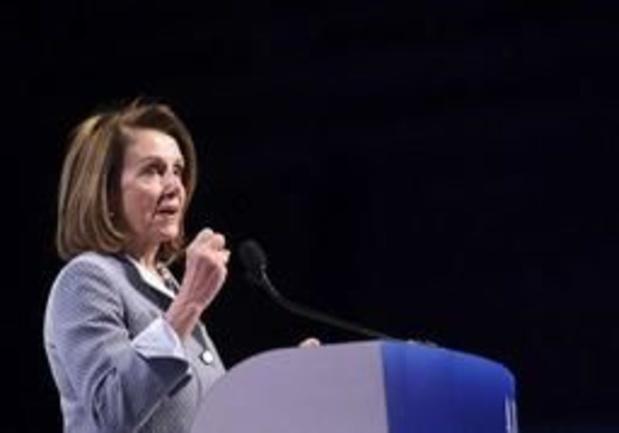 Oppositieleidster Nancy Pelosi hekelt Trumps onderhandelingstechniek van bedreigingen en driftbuien