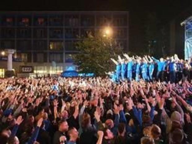 Jupiler Pro League - Spelers en staf bouwen met duizenden supporters stevig feestje op Stadsplein