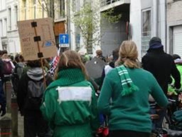 """Spijbelen voor het klimaat - Honderdtal """"groene"""" klimaatspijbelaars trekt door Antwerpen"""