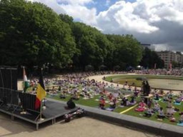 Duizendtal deelnemers voor yogasessie in Jubelpark op Brussels Yoga Day