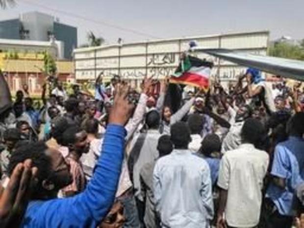 """Soudan: au 5e jour, la foule toujours déterminée à Khartoum pour faire """"chuter"""" Béchir"""