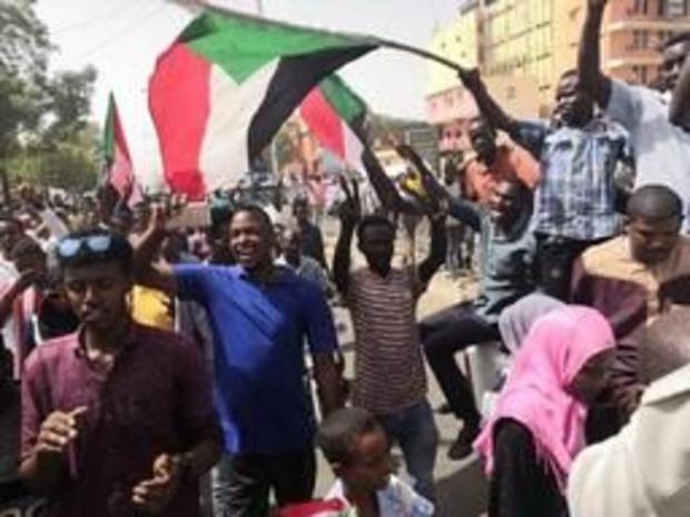 Leger bestormt lokalen van groepering met banden met partij Bashir