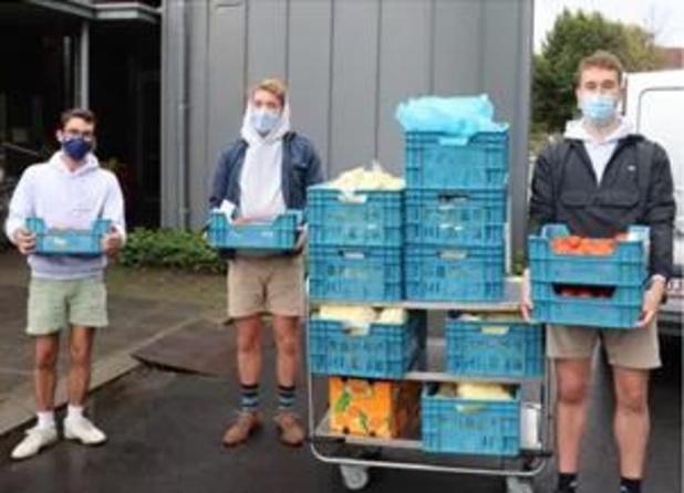 Chiro Tsjoef Heule-Watermolen schenkt 130 kilo frieten aan wzc Ter Melle
