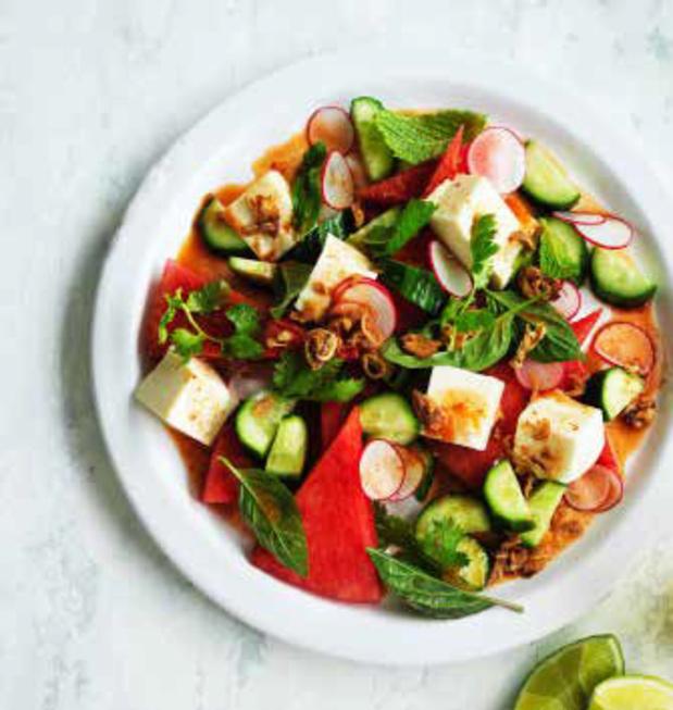Tofoe-watermeloensalade met radijzen en Thaise dipsaus