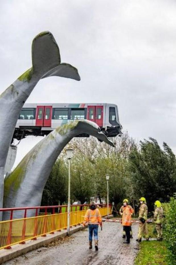 Op kunstwerk hangend metrostel wordt dinsdag geborgen