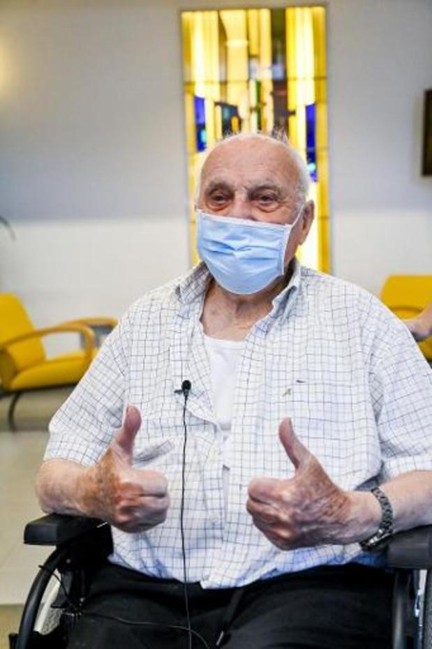 Eerste coronavaccin in Vlaanderen toegediend bij Jos Hermans