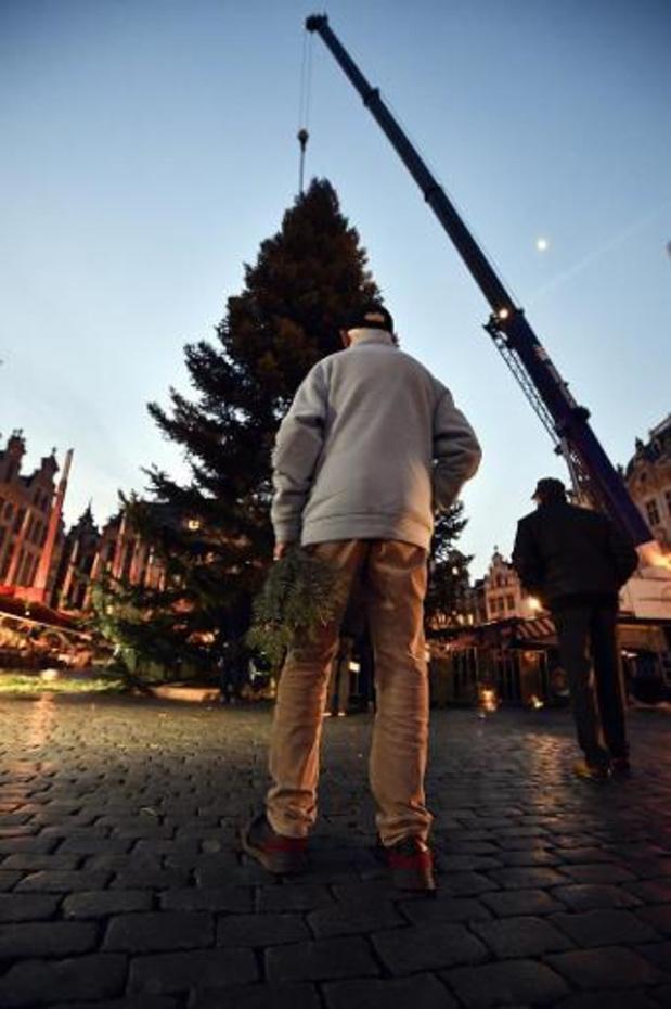 Le sapin de Noël est arrivé sur la Grand-Place de Bruxelles