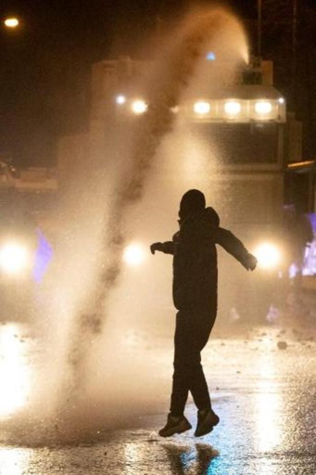 Negentien agenten gewond tijdens rellen in Belfast