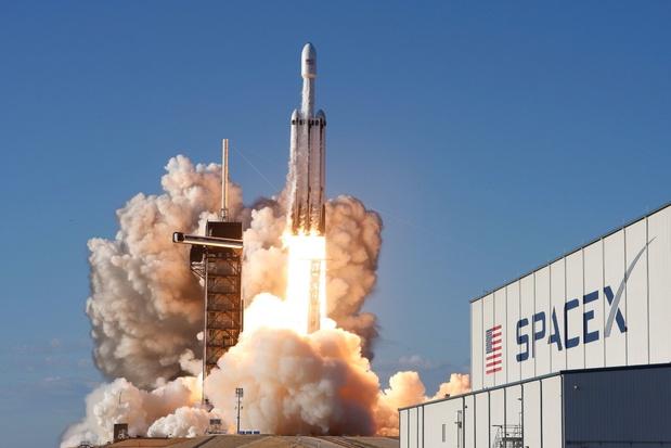 Eerste commerciële lancering van Falcon Heavy vlekkeloos verlopen