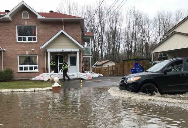 Inondations au Canada: une digue cède, des milliers d'évacués près de Montréal