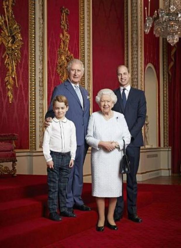 Nouvelle année, nouveau portrait: la reine Elizabeth II pose avec les héritiers au trône