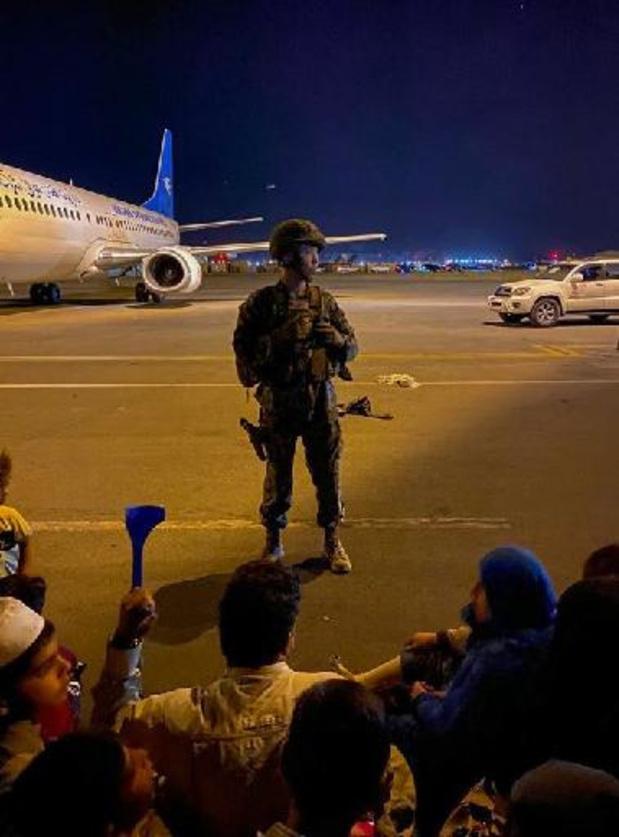 Amerikaanse troepen schieten in de lucht op luchthaven van Kaboel