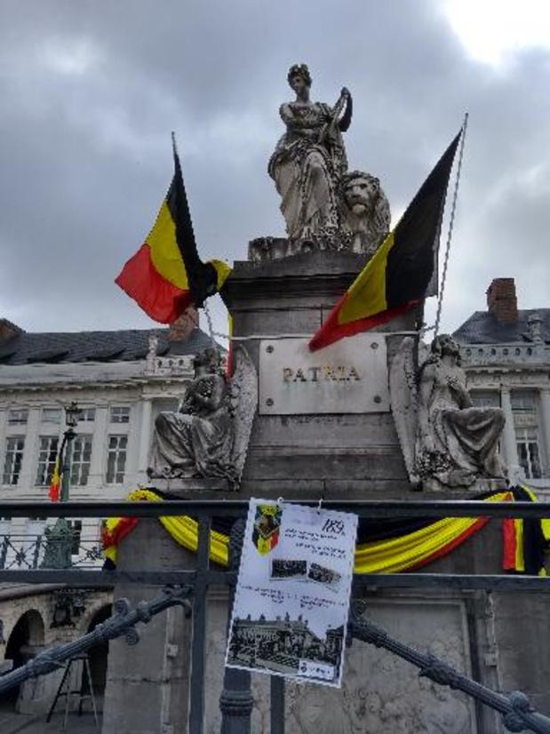 La place des Martyrs baignée de drapeaux belges, sous la fenêtre des négociateurs flamands