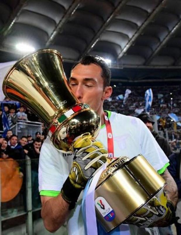 Silvio Proto (37) bergt keepershandschoenen op