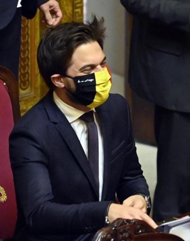 Le PS le poing levé à la sortie du Sénat, masques colorés pour Bouchez et la N-VA