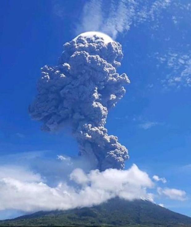 Duizenden mensen vluchten voor vulkaan op Indonesisch eiland