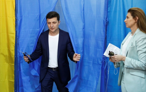 Ukraine: le comédien Zelensky largement élu président