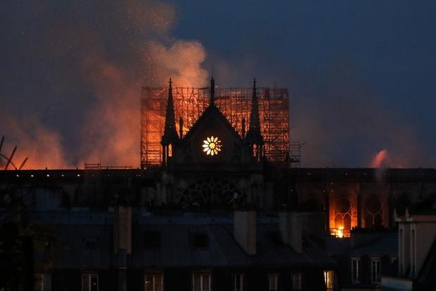 Le choc et les larmes devant Notre Dame de Paris en flammes